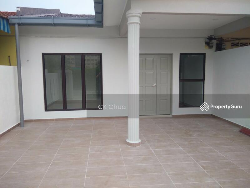 Taman sentosa klang klang selangor 3 bedrooms 950 sqft for Modern car porch tiles design