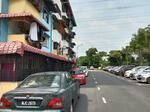 Flat pkns sek 20 shah alam , tingkat 1 ada balkoni, banyak parking, depo rendah